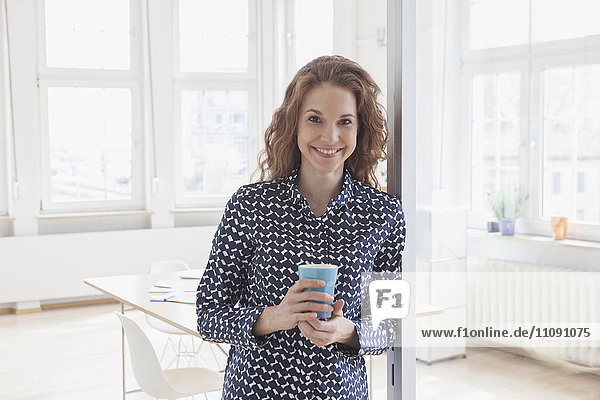 Porträt einer lächelnden Frau im Amt