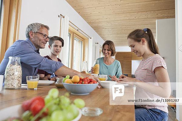 Familie beim Frühstück zu Hause