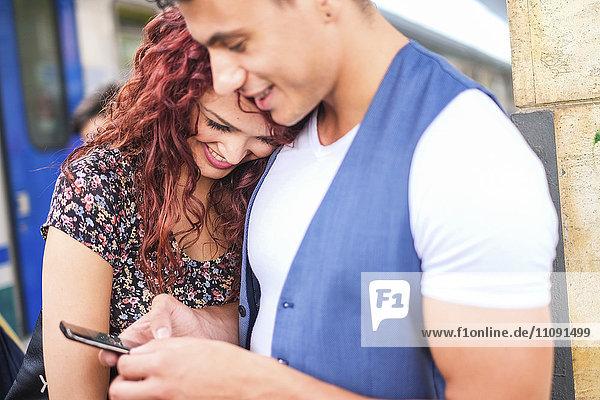 Glückliches junges Paar auf der Plattform