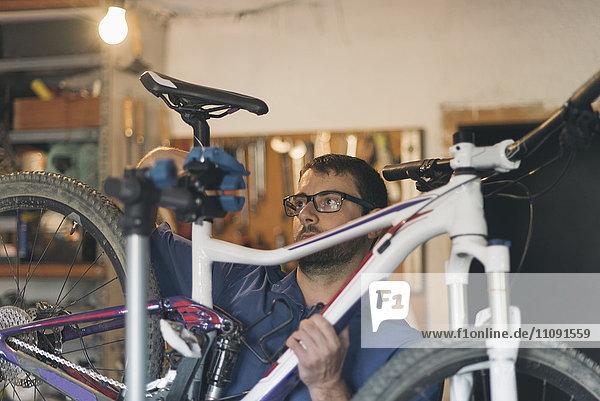 Mechaniker in der Werkstatt Fahrradreparatur