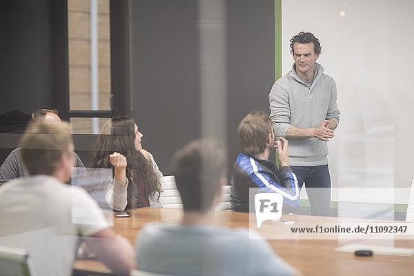 Junge Geschäftsleute diskutieren im Geschäftstreffen