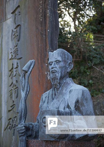 Statue of Shimooka Renjo