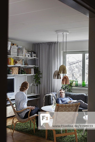 Paargespräche beim Entspannen im Wohnzimmer zu Hause
