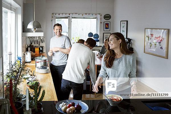 Glückliche Familie bei der Zubereitung von Speisen in der Küche