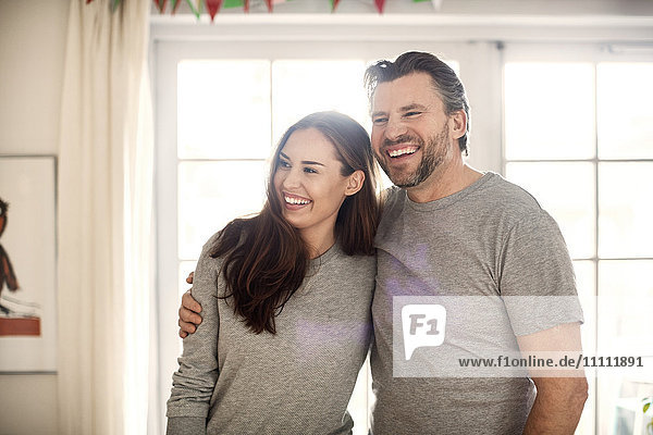 Fröhlicher Vater und Tochter im neuen Zuhause