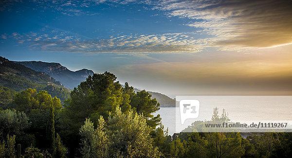 Spanien  Mallorca  Es Cap Blau  Alconasser  Panoramablick auf das Meer mit Küstenlinie bei Sonnenaufgang Spanien, Mallorca, Es Cap Blau, Alconasser, Panoramablick auf das Meer mit Küstenlinie bei Sonnenaufgang