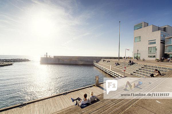 Schweden  Skane  Malmö  Vastra hamnen  Menschen an der Promenade an sonnigen Tagen