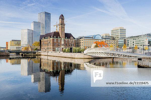 Schweden  Öresundregion  Skane  Malmö  Brücke und Hauptbahnhof am Fluss
