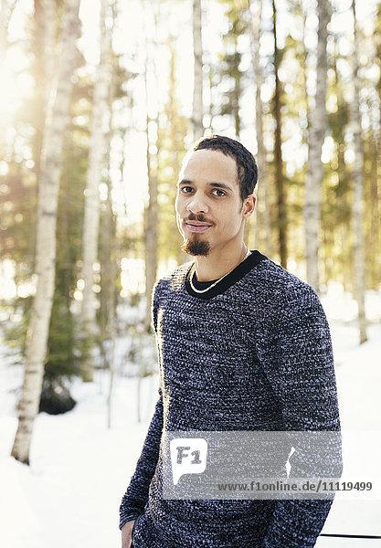 Schweden  Vasterbotten  Umea  Porträt des Menschen im Winterwald