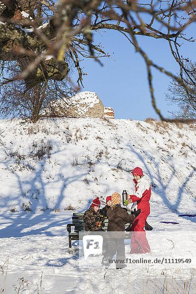 Schweden  Blekinge  Solvesborg  Mutter gibt heiße Getränke an Töchter (8-9  10-11  12-13)