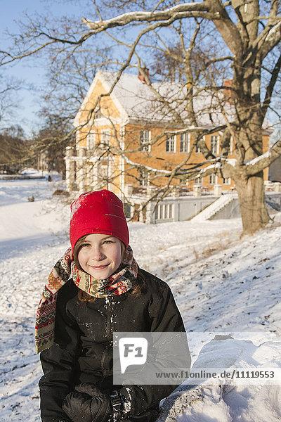 Schweden  Blekinge  Solvesborg  Mädchenporträt (12-13) in roter Strickmütze