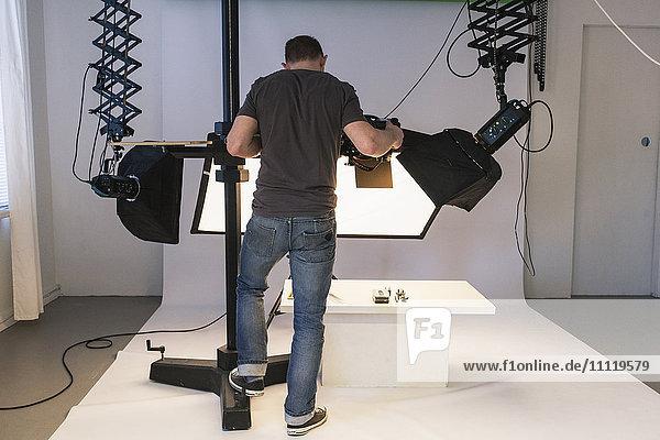 Schweden  Mann fotografiert im Studio
