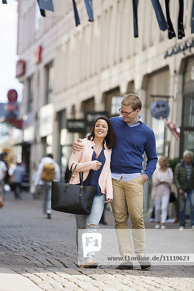 Schweden,  Vastergotland,  Göteborg,  Junges Paar beim Gehen und Umarmen auf der Straße