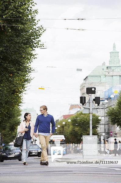 Schweden  Vastergotland  Göteborg  Junges Pärchen auf der Straße