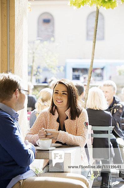 Schweden  Vastergotland  Junges Paar beim Kaffee im Café und beim Reden