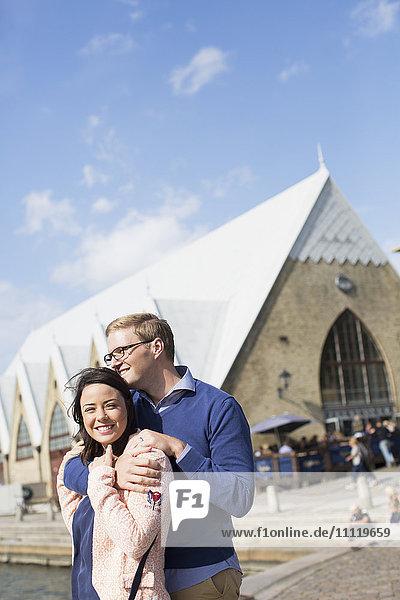 Schweden  Vastergotland  Lächelndes junges Paar auf der Promenade