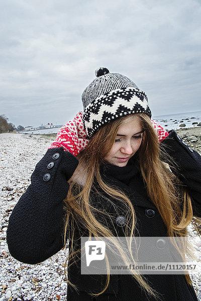 Schweden  Gotland  Blonde junge Frau mit langen Haaren in Wollmütze Schweden, Gotland, Blonde junge Frau mit langen Haaren in Wollmütze