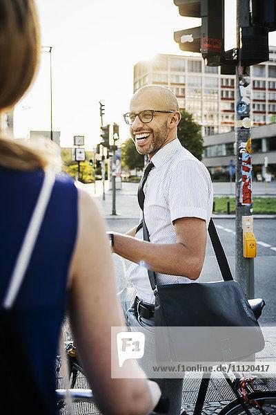 Deutschland  Berlin  Mann und Frau in der Stadt  Mann lächelnd