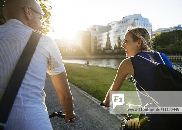 Deutschland  Berlin  Mann und Frau Radfahren in der Stadt