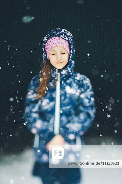 Schweden  Blekinge  Porträt des Mädchens (10-11) mit Jacke im Schneefall