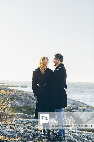 Schweden  Blekinge  Karlkskrona  Salto  Paar stehend am Meer