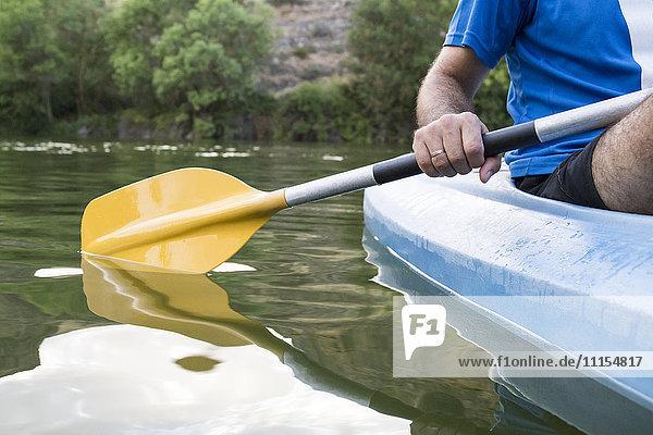 Spanien  Segovia  Hand eines Mannes im Kanu