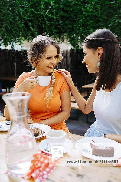 Zwei junge Frauen beim Kaffeetrinken im Outdoor-Café