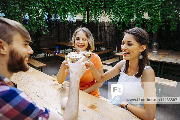 Freunde trinken Schorle in der Außenkneipe, Freunde trinken Schorle in der Außenkneipe