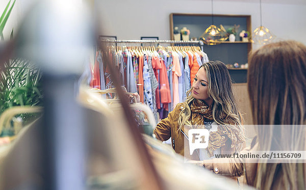 Zwei Frauen beim Einkaufen in einer Boutique