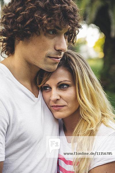 Junges verliebtes Paar im Freien