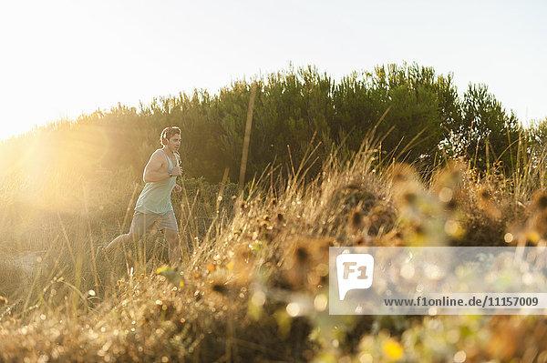 Spanien  Mallorca  Jogger in der Düne bei Sonnenaufgang