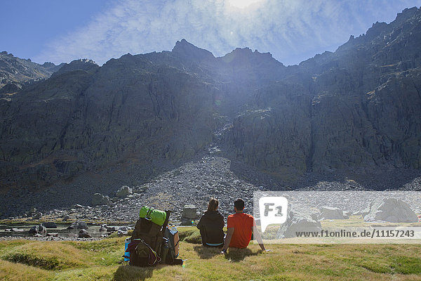 Spanien  Sierra de Gredos  Paar vor einem Berg ruhend