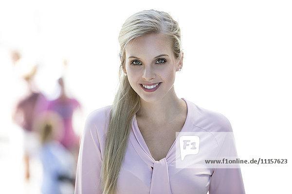Porträt einer lächelnden blonden Geschäftsfrau