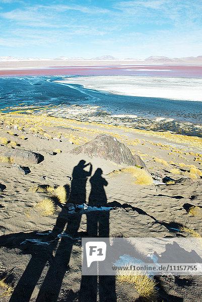 Bolivien  Eduardo Avaroa Andean Fauna National Reserve  Schatten eines Paares  Fotografieren an der Laguna Colorada