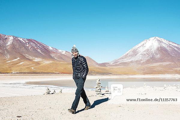 Bolivien  Eduardo Avaroa Andean Fauna National Reserve  Mann im Chullo  Spaziergang an der Laguna Verde