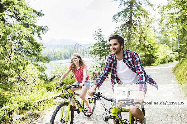Junges Paar bei einer Fahrradtour