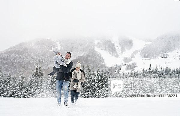Glückliche Familienwanderung in der Winterlandschaft