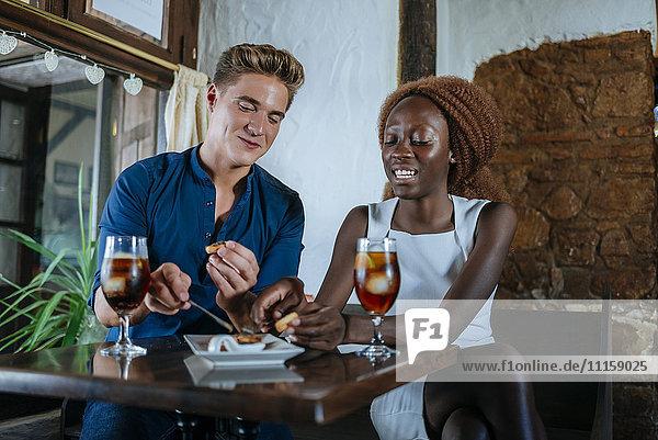 Gemeinsames Essen und Trinken im Restaurant