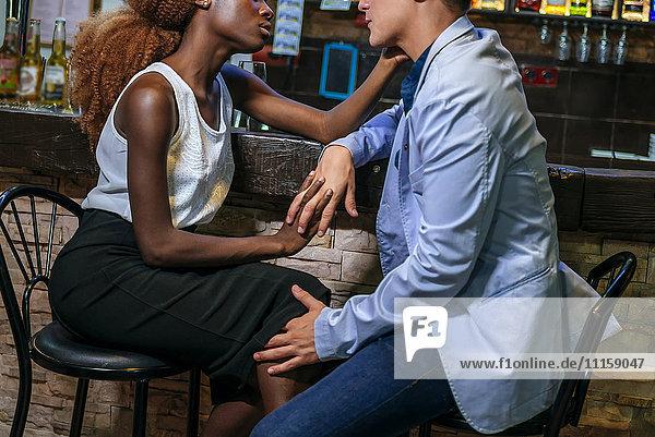 Junges Paar flirtet in einer Bar