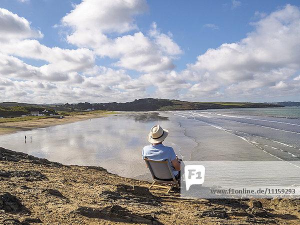 Frankreich  Bretagne  Sainte-Anne-la-Palud  älterer Mann am Strand Treguer plage