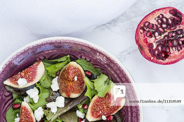 Gemischter Salat mit Ziegenkäse  Granatapfelsamen und Feigen
