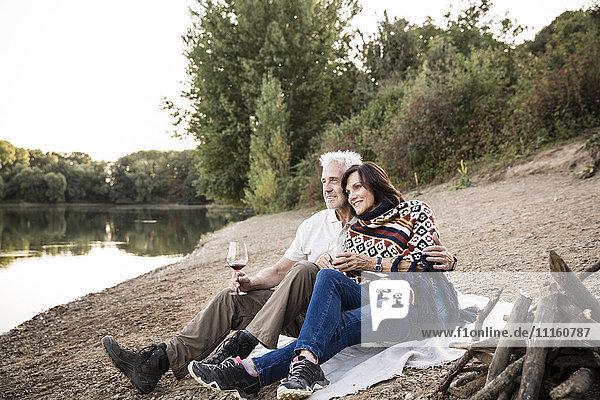 Entspanntes Seniorenpaar am See am Abend