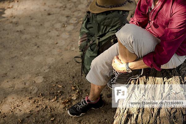 Frau mit Rucksack auf dem Rumpf liegend