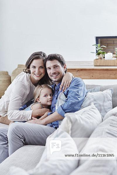 Familie mit Tochter entspannt auf der Couch