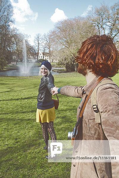 Belgien  Brügge  junges Paar zu Fuß im Queen Astrid Park