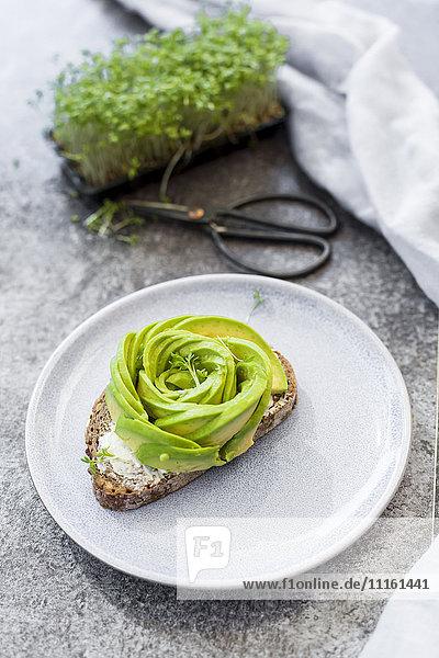 Avocado-Rose auf Brot  Kresse