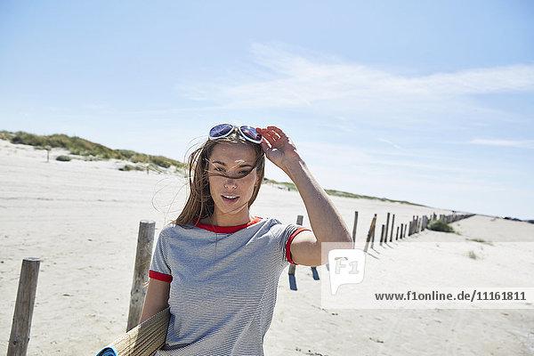 Porträt einer jungen Frau am Strand