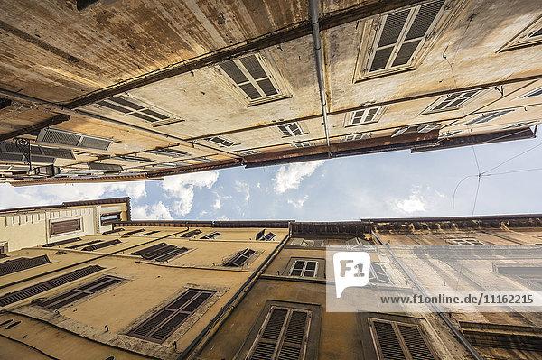 Italien  Rom  Fassaden alter Mehrfamilienhäuser