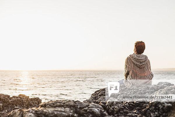 Frankreich  Halbinsel Crozon  Frau am Strand