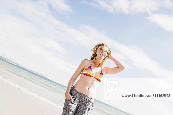 Teenagermädchen am Strand stehend